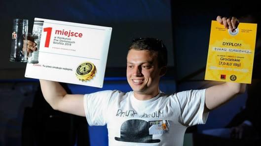 Łukasz Szynkiewicz odbiera nagrodę za pierwsze miejsce w kategorii Grodzisz [fot.; materiały prasowe Festiwalu Birofilia]